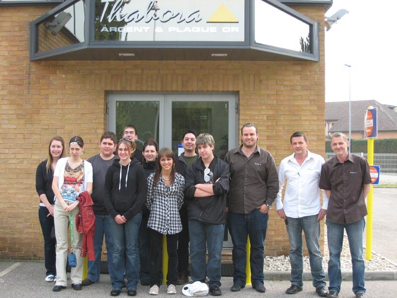 Les jeunes québécois et leurs formateurs devant l' usine de bijoux Thabora accueillis par leurs dirigeants.
